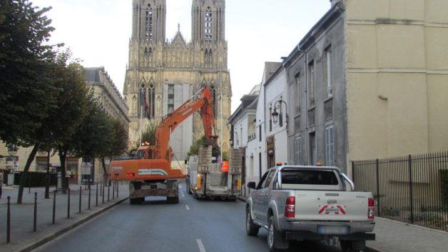 http://parant-events.com/wp-content/uploads/2017/02/déchargement-porte-chars-avec-pelle-a-pneus-face-a-la-cathédrale-5-2-1-628x353.jpg